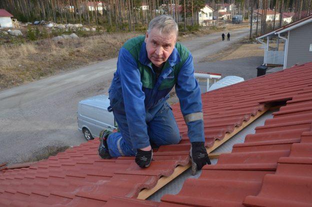 Jukka Metsovuoren työrukkasen sormi menee läpi aluskatteeseen tulleesta reiästä.