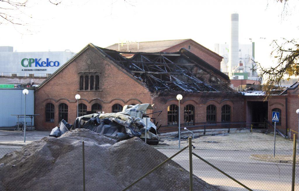 Tehdasrakennus paloi pahasti, mutta ainakin seinät jäivät pystyyn.