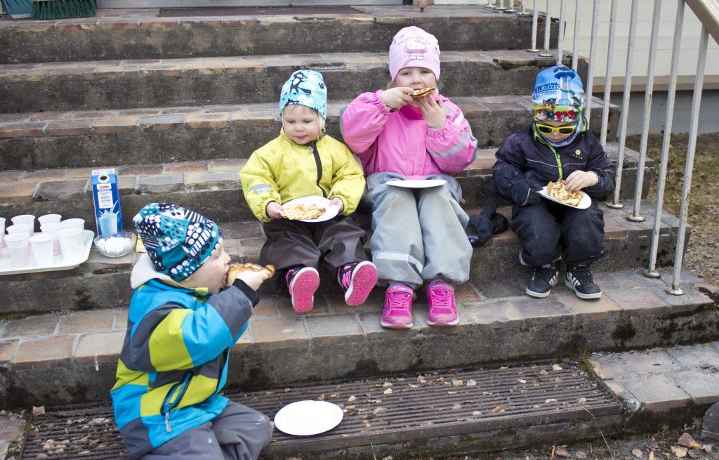 Äänekosken Martat loihtivat taiteilijoille maittavat eväät: muurikkalettuja tietenkin!