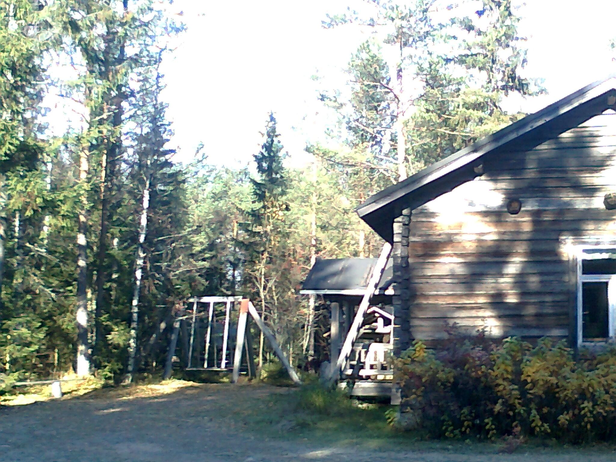 Vanha hirsinen aittarakennus Riitta Tynjän mökin pihapiirissä.