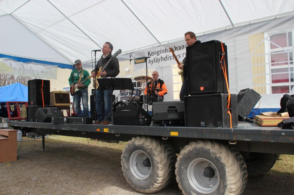 Middle Hill Blues Band ilahdutti kansaa musiikillaan iltapäivällä.