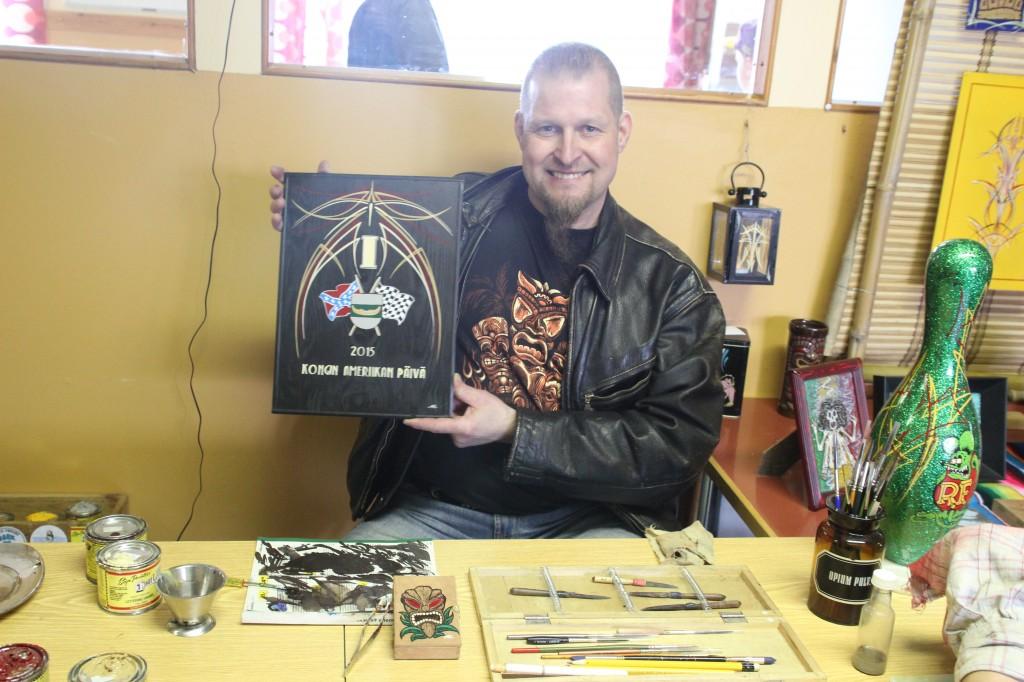 Pinstripe-taiteilija Pasi Tuominen maalasi myös Jenkkiautoäänestyksen palkintokyltit.