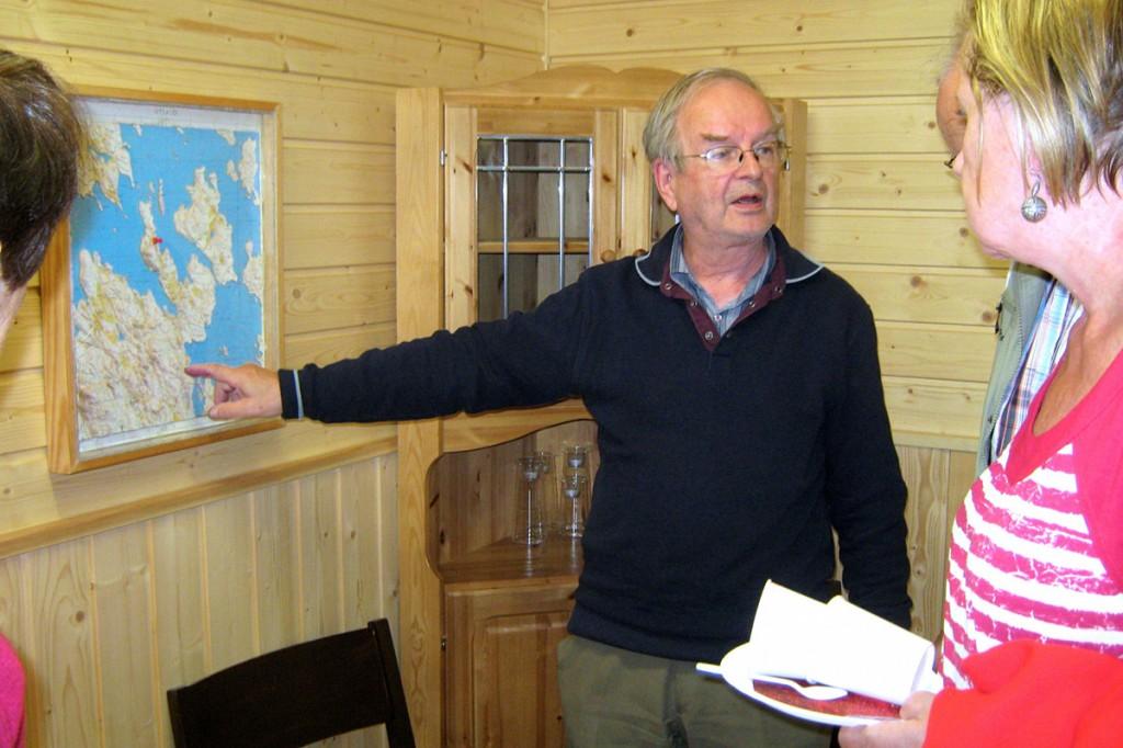 Kesäasukas Pertti Eloranta lahjoitti tupaan Riihilahdesta tekemänsä kohokuviokartan.