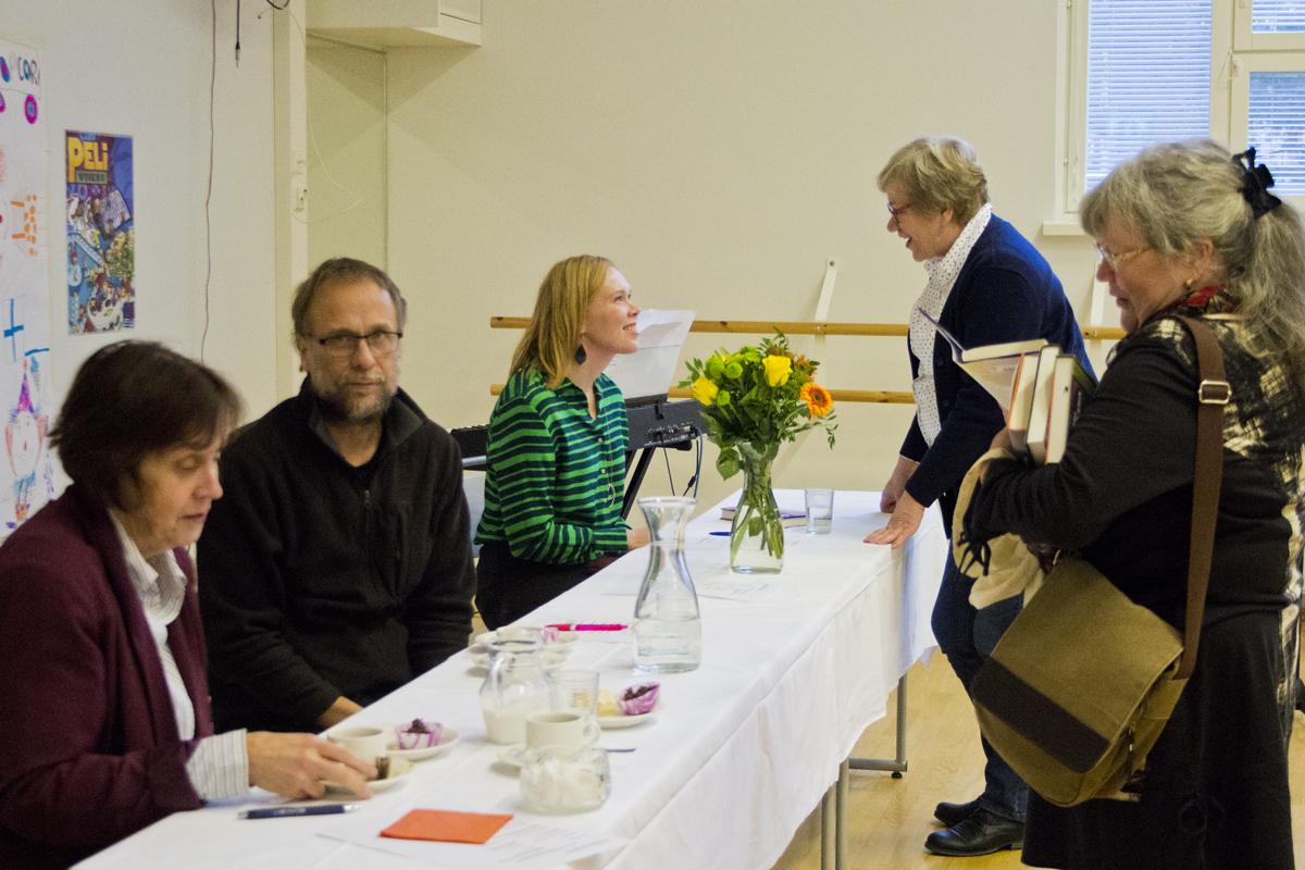 Kahvitauon aikana yleisön jäsenet pyysivtä ostamiinsa kirjoihin nimikirjoituksia ja juttelivat kirjailijoille.