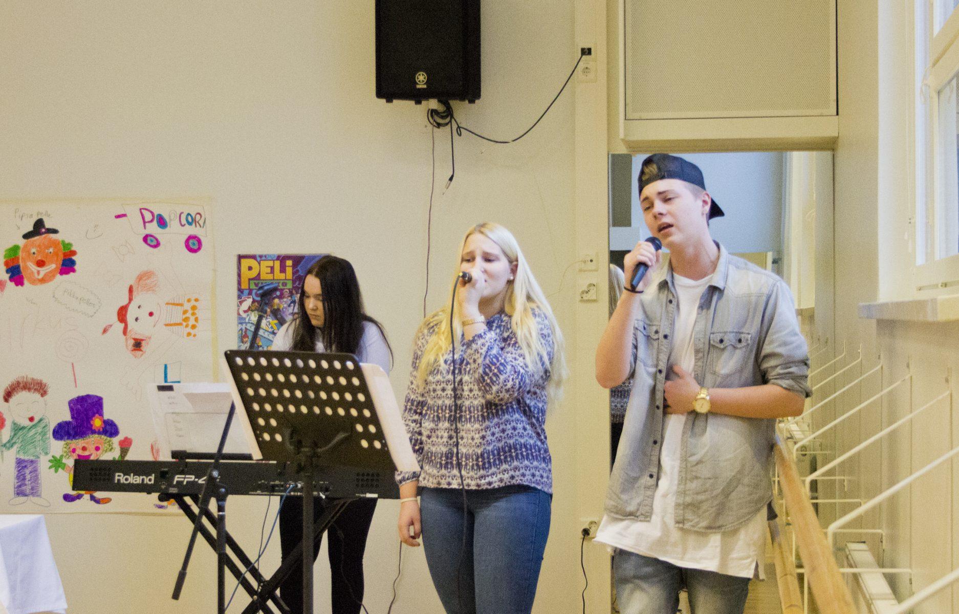 Ala-Keiteleen musiikkiopiston nuoret Anna Roimela, Ellinoora Autio ja Valtteri Kautto vastasivat iltäpäivän musiikillisesta annista.