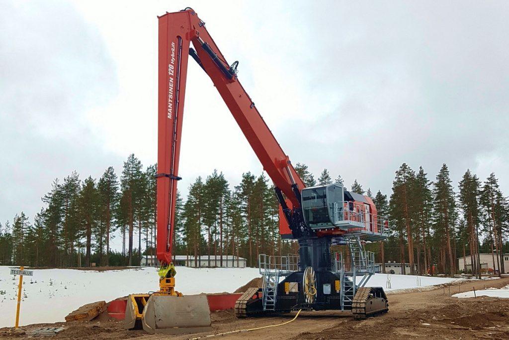Kuvan konetta testataan tasakärkisellä bulk-kahmarilla. Biotuotetehtaalla siihen asennetaan Mantsisen itse valmistama puukahmari.