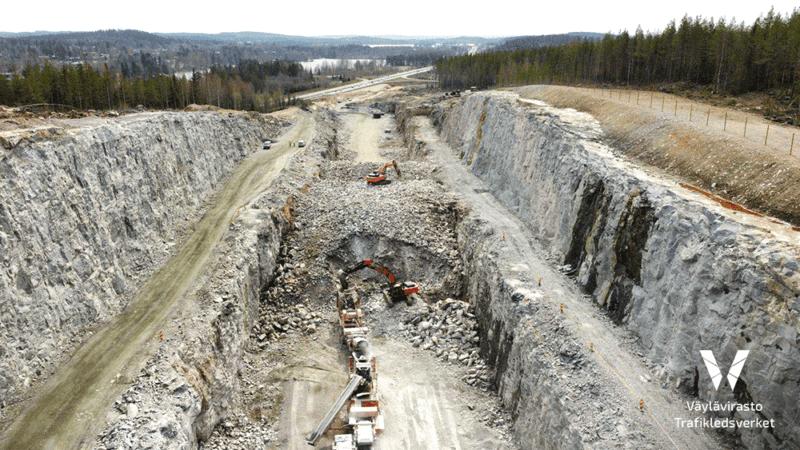 Vt 4 Kirri–Tikkakoski: Kirrinkallion uusi tielinja on puhkaistu - louhintatyöt ovat loppusuoralla