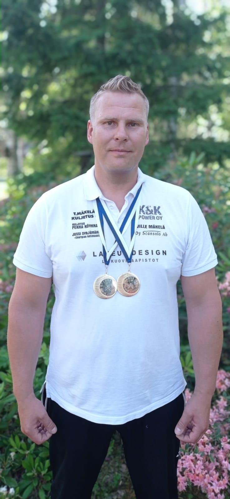 Juha Savolaiselle tuplasti kultaa kädenväännön SM-kisoista